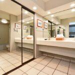 Paki Maui 421 Guest bathroom