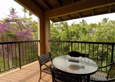 Dine Al Fresco - Bring dinner outside and enjoy it in the fresh Hawaiian air.
